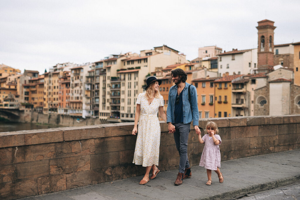 Family photoshoot in Firezne, Tuscany, stylish italian family: photographer, blogger and there lovely daughter